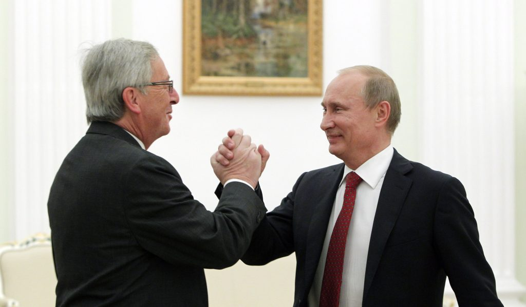Russian President Vladimir Putin (R) greets Luxembourg's Prime Minister Jean-Claude Juncker during their meeting in Moscow's Kremlin September 25, 2012. REUTERS/Maxim Shemetov (RUSSIA - Tags: POLITICS)