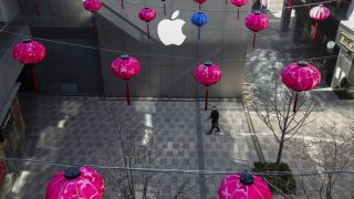 epa05278118 (FILE) A file photo dated 18 February 2016 showing a Chinese man walking past a facade of an Apple Store amidst Chinese lantern decorations at a shopping district in Beijing, China. Apple will release their financial year 2016 2nd quarter results on 26 April 2016.  EPA/ROLEX DELA PENA