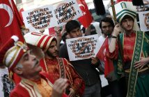 epa05342757 People in Ottoman costumes protest against the German parliament decision to adopt a resolution on the Armenian Genocide in front of the German Consulate in Istanbul, Turkey, 02 June 2016. The German Bundestag on 02 June 2016 adopted a resolution to name the 1915/16 massacre of the Armenians by the Ottoman Empire as genocide. Turkey, the legal successor of the Ottoman Empire, had cautioned against the acceptance of the resolution.  EPA/SEDAT SUNA