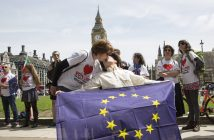 epa05377257 Members of the public take part in a kiss chain at a stay in, pro EU Referendum event in Parliament Square, Central London, Britain, 19 June 2016. Britons will vote to stay or leave the European Union on 23 June.  EPA/HAYOUNG JEON