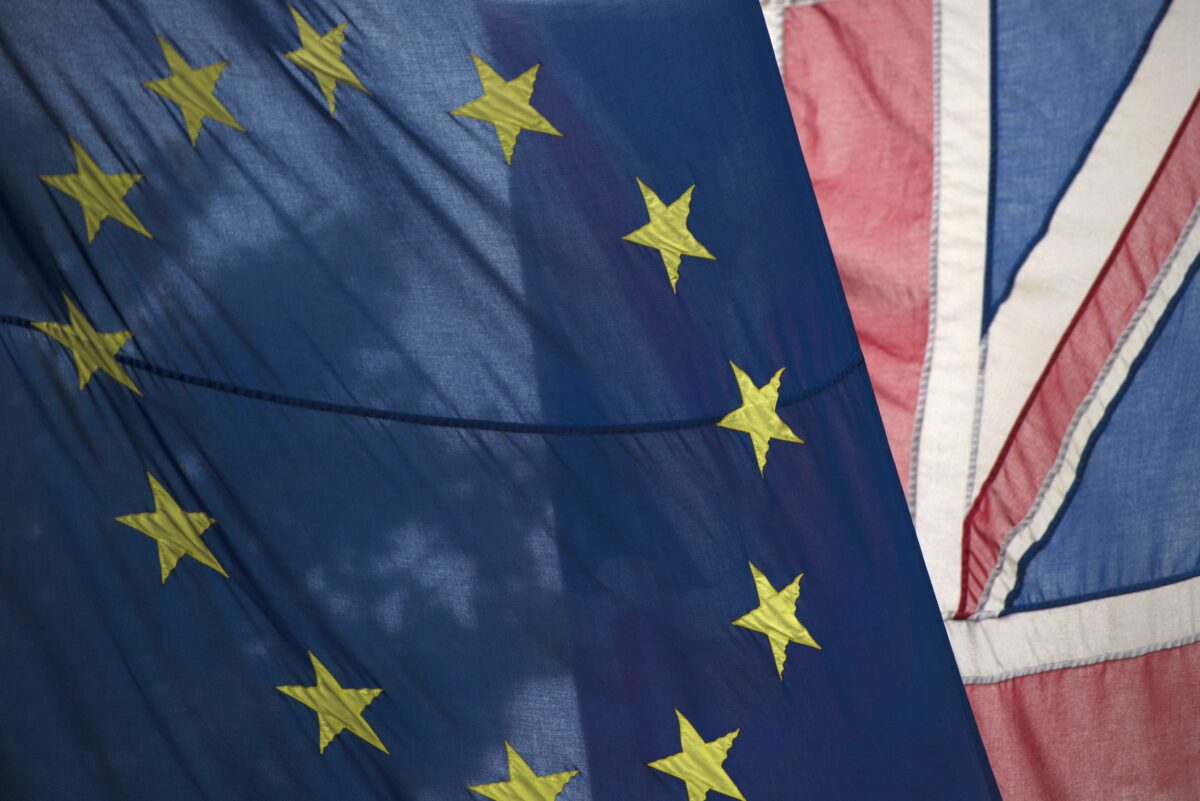 epa05383385 A British Union flag, commonly known as a Union Jack (R), flies next to a European Union (EU) flag, in London, Britain, 22 June 2016. Britons will vote on whether to remain in or leave the EU in a referendum on 23 June 2016. EPA/HANNAH MCKAY