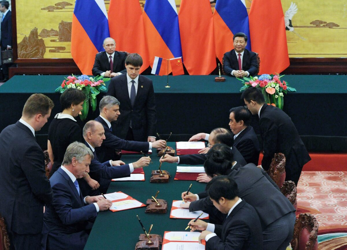 epa05390665 Russian President Vladimir Putin (back L) and Chinese President Xi Jinping (back R) attend a signing ceremony in Beijing, China, 25 June 2016. Vladimir Putin is on an official visit to China.  EPA/MIKHAIL KLIMENTYEV / SPUTNIK / K MANDATORY CREDIT