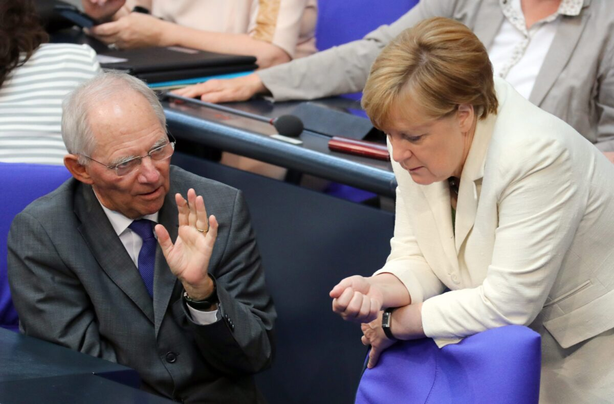 epaselect epa05395736 German Chancellor Angela Merkel (R) talks to German Finance Minister Wolfgang Schaeuble before delivering a government declaration on Brexit, at the German Bundestag Parliament in Berlin, Germany, 28 June 2016. Britons in a referendum on 23 June voted by a narrow margin to leave the European Union.  EPA/KAY NIETFELD