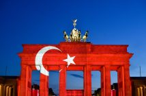 epa05398126 A Turkish flag is projected onto the Brandenburg Gate in Berlin, Germany, 29 June 2016. A Turkish flag was projected onto the Brandenburg Gate in a show of support for Turkey a day after the attacks at Istanbul's Ataturk airport.  EPA/KLAUS-DIETMAR GABBERT