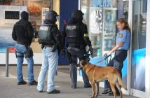 epa05460972 Riot police wait out the front of a restaurant in the center of Saarbruecken where an injured and armed man has barricaded himself in, in Saarbruecken, Germnay, 07 August 2016. Police reported there were no hostages and the man was a relative of the restaurant owner. It is unclear how the man was injured.  EPA/BECKER AND BREDEL