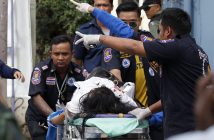 epa05476179 Thai rescue workers rush an injured bomb victim to a hospital following a bomb attack at the city clock tower in the center of Hua Hin, Thailand, 12 August 2016. A series of bombing attacks in the resort city of Hua Hin killed at least two people and more than 20 people injured including foreign tourists.  EPA/RUNGROJ YONGRIT