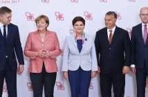 epa05510761 Polish Prime Minister Beata Szydlo (C), Hungarian Prime Minister Viktor Orban (2-R), Slovakia's Prime Minister Robert Fico (L), Czech Prime Minister Bohuslav Sobotka (R) and German Chancellor Angela Merkel (2-L) pose for a family photo at the Visegrad Group Prime Ministers meeting in Warsaw, Poland, 26 August 2016. The meeting of Chancellor Merkel with the prime ministers of the Visegrad Group countries (Poland, the Czech Republic, Hungary and Slovakia) will focus on the future of the European Union after Brexit and preparations for an informal summit of 27 EU countries in Bratislava, Slovakia on 16 September.  EPA/RAFAL GUZ POLAND OUT