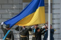 epa05507240 Ukrainian President Petro Poroshenko (R) lifts a flag during a rally to mark the National Flag Day at the St. Sophia square in downtown Kiev, Ukraine, 23 August 2016. Ukrainians mark the National Flag Day, one day prior to Independence Day, which is celebrated on 24 August.  EPA/SERGEY DOLZHENKO