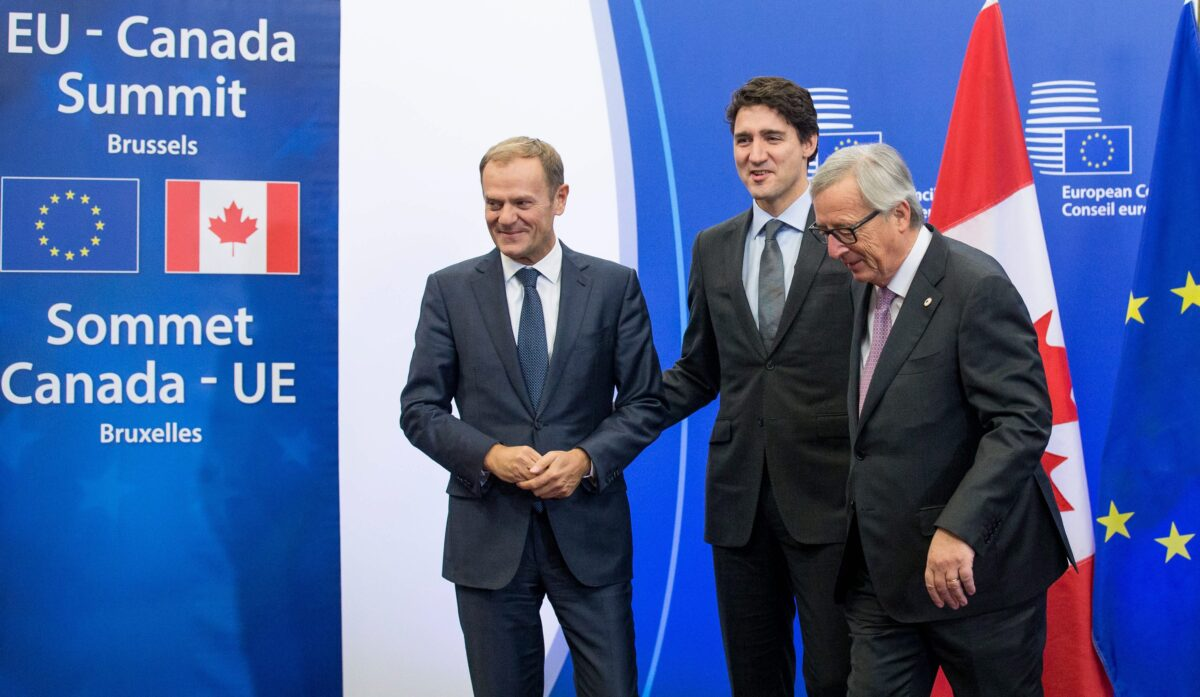 epa05609724 Canadian Prime Minister Justin Trudeau (C) is welcomed by President of the European Commission, Jean-Claude Juncker (R) and EU Council President Donald Tusk (L) when he arrives at the EU-Canada summit to signs the agreement on the Comprehensive Economic and Trade Agreement (CETA), a planned EU-Canada free trade agreement, in Brussels, Belgium, 30 October 2016. EPA/STEPHANIE LECOCQ