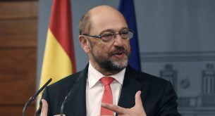 epa05575179 European Parliament president Martin Schulz adresses the media after his meeting with Spanish acting Prime Minister Mariano Rajoy (not pictured) held at Moncloa Palace in Madrid, Spain on 07 October 2016.  EPA/Ballesteros
