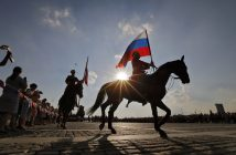 epa05506940 Horsemen of cavalry honor escort the Presidential Regiment and the Kremlin riding school during their performance with Russian flags on Poklonnaya Hill marking the Russian 'National Flag Day' in Moscow, Russia, 22 August 2016. The day marks the anniversary of the 22 August 1991 when members of the Supreme Council of the RSFSR (Russian Soviet Federative Socialist Republic) replaced the Soviet Union Flag with a historical flag of Russia following the failure of a coup.  EPA/YURI KOCHETKOV