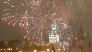 epaselect epa05693436 Fireworks illuminate the night sky over the Kremlin during New Year's Eve celebrations in Moscow, Russia, 01 January 2017.  EPA/SERGEI CHIRIKOV