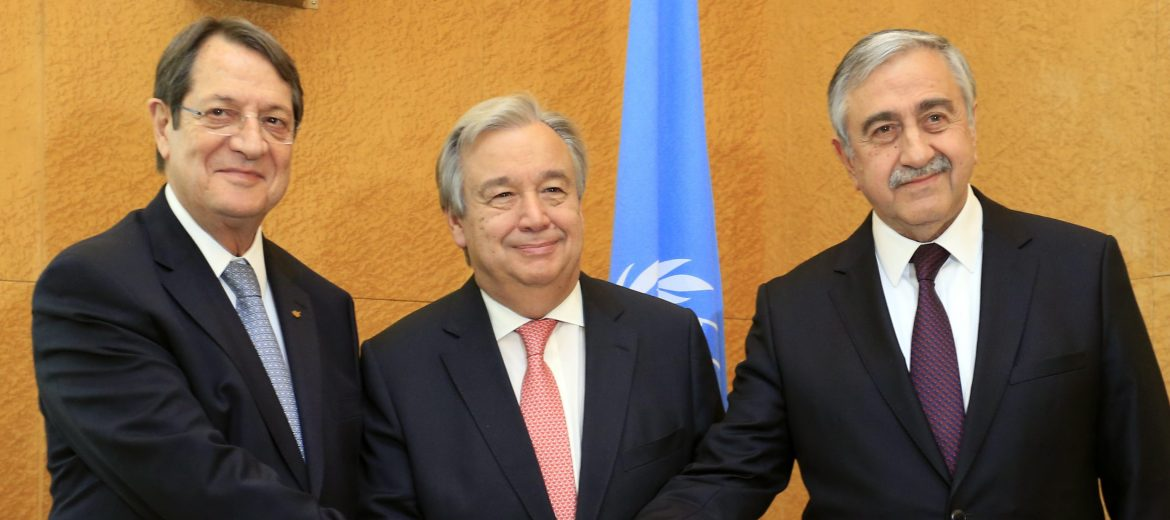 epa05712377 (L-R) Cypriot President Nicos Anastasiades, United Nations Secretary General Antonio Guterres and Turkish Cypriot leader Mustafa Akinci, before a trilateral meeting ahead of the Conference on Cyprus at the European headquarters of the United Nations in Geneva, Switzerland, 12 January 2017.  EPA/PIERRE ALBOUY / POOL