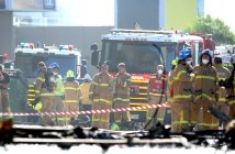 epa05805945 Emergency services personnel are seen at the scene of a plane crash which has occurred in Essendon, Melbourne, Australia, 21 February 2017. Five people are believed to have been onboard the light plane that crashed into a Melbourne factory outlet.  EPA/JOE CASTRO  AUSTRALIA AND NEW ZEALAND OUT