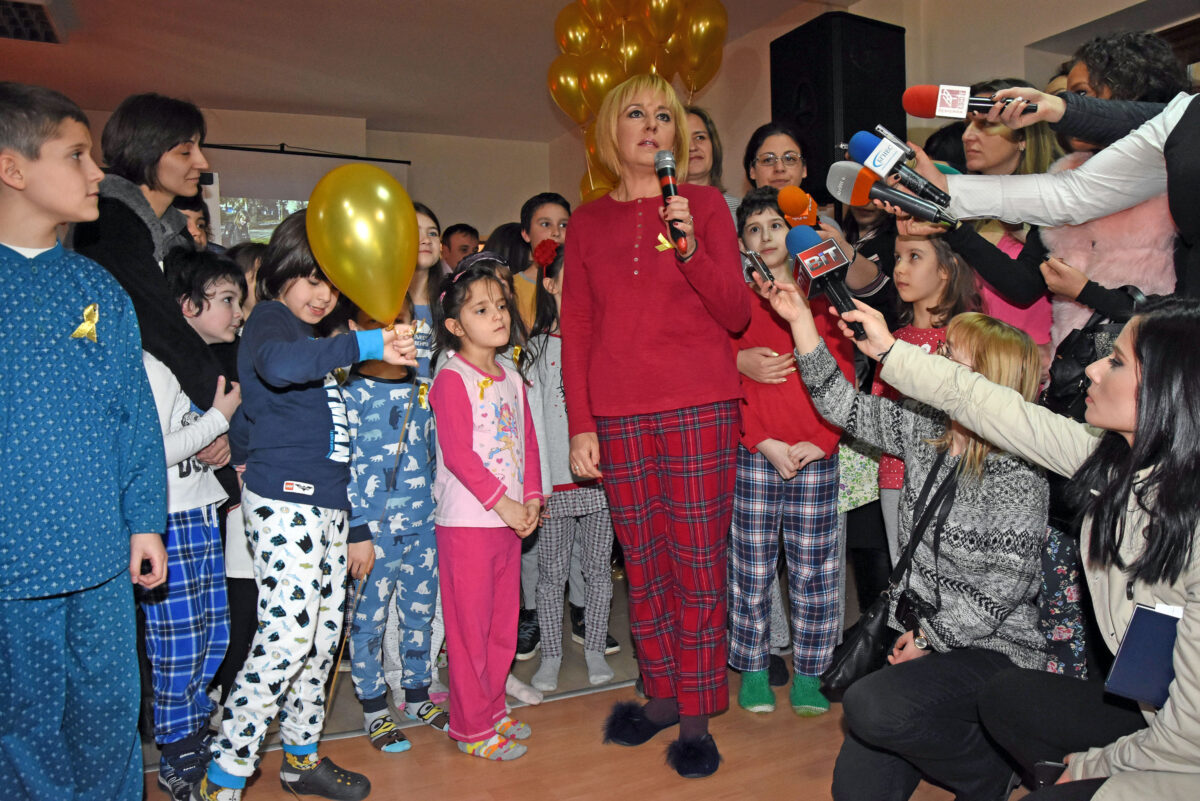 Мая Манолова онкоболни деца пижами