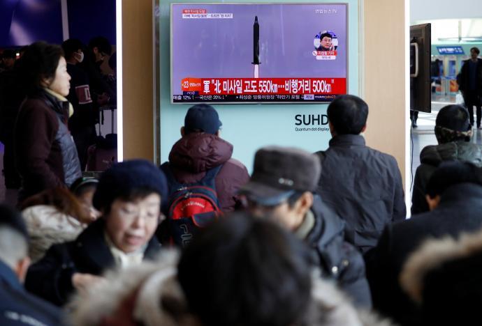 Новината за изстреляната ракета, предавана по корейска телевизия снимка: Reuters