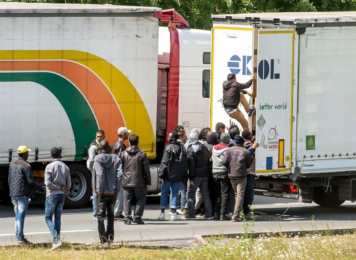 мигранти камион