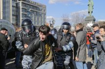 epa05871875 Russian riot policemen detain protesters during an opposition rally in central Moscow, Russia, 26 March 2017. Russian opposition leader Alexei Navalny called on his supporters to join a demonstration in central Moscow despite a ban from Moscow authorities. Throughout Russia the opposition held the so-called anti-corruption rallies. According to reports, dozens of demonstrators have been detained across the country as they called for the resignation of Russian Prime Minister Dmitry Medvedev over corruption allegations.  EPA/YURI KOCHETKOV