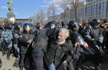 epa05871874 Russian riot policemen detain protesters during an opposition rally in central Moscow, Russia, 26 March 2017. Russian opposition leader Alexei Navalny called on his supporters to join a demonstration in central Moscow despite a ban from Moscow authorities. Throughout Russia the opposition held the so-called anti-corruption rallies. According to reports, dozens of demonstrators have been detained across the country as they called for the resignation of Russian Prime Minister Dmitry Medvedev over corruption allegations.  EPA/YURI KOCHETKOV