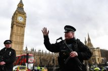 epa05863550 Armed police push people back following a suspected terror attack outside parliament in London, Britain 22 March 2017.  A police officer has been stabbed outside the Houses of Parliament in central London and gunshots have been heard.  EPA/ANDY RAIN