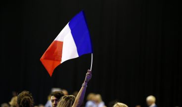 epa05908143 Supporters of Francois Fillon wave French flags during a political rally of French presidential election candidate for Les Republicains (LR) party Fillon in Montpellier, France, 14 April 2017. France holds the first round of the 2017 presidential elections on 23 April 2017.  EPA/SEBASTIEN NOGIER