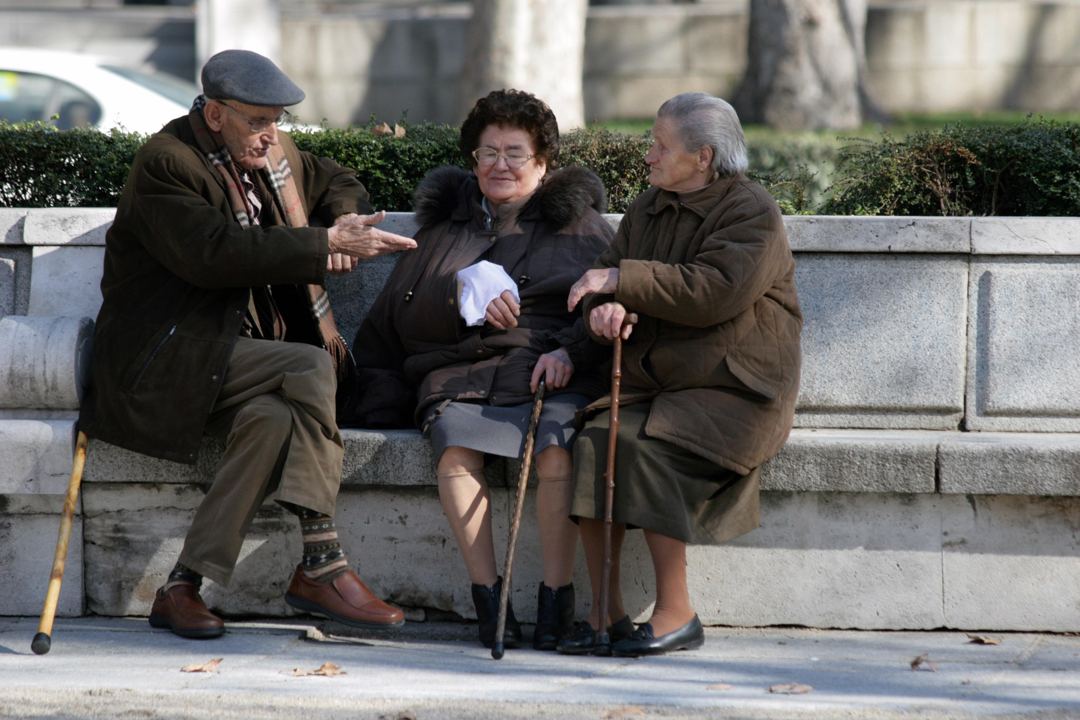 пенсионери, възрастни хора, баба, дядо