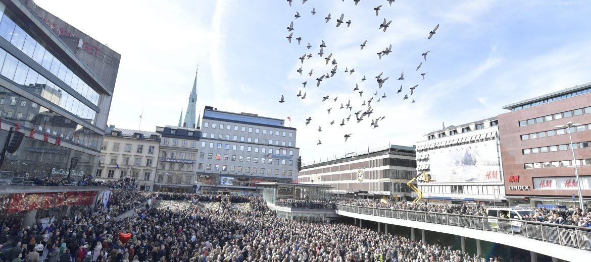 epa05899208 People gathered in Sergels Torg, central Stockholm, Sweden, 09 April 2017 for a 'Lovefest' vigil against terrorism following the terror attack on Drottninggatan, central Stockholm. A hijacked beer truck ploughed into pedestrians on Drottninggatan and crashed into Ahlens department store, killing four people, injuring 15 others late 07 April 2017.  EPA/MAJA SUSLIN  SWEDEN OUT