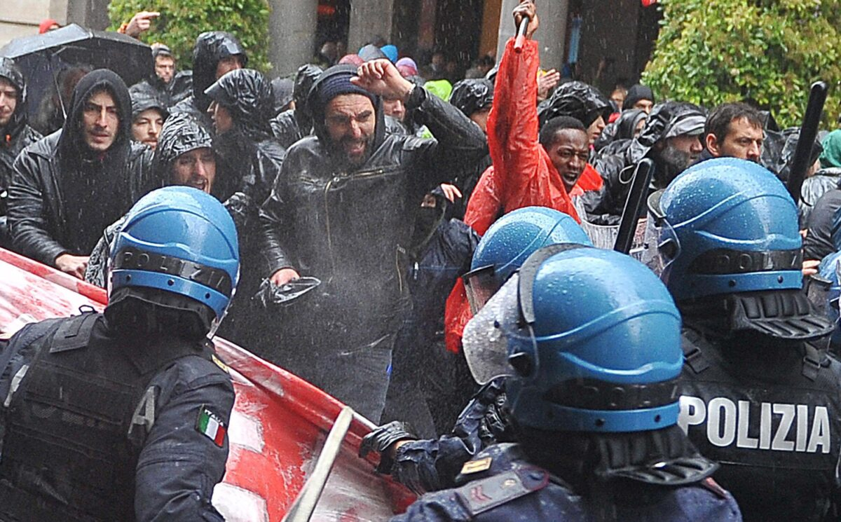 epa05938576 Protesters clash with police during the Labour Day march in Turin, Italy, 01 May 2017. Labour Day or May Day is observed all over the world on the first day of May to celebrate the economic and social achievements of workers and fight for labourers rights. EPA/ALESSANDRO DI MARCO