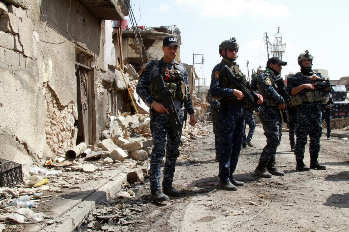 epa05878330 A picture made available on 30 March 2017, shows Iraqi police forces taking up position during a military operation against the Islamic State (IS) group in the old city district in central Mosul, Iraq on 29 March 2017. Iraqi troops surrounded Mosul's Old City and captured new districts around the center of city, and became close to the Grand Mosque of Al-Nuri, where Abu Bakr Al-Baghdadi declared the caliphate in 2014, an Iraqi officer said .  EPA/STR