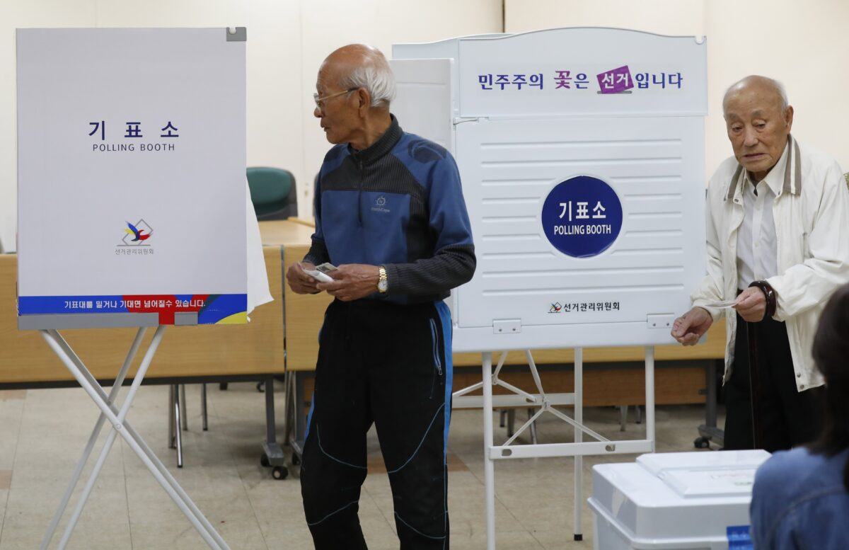 epa05951634 South Korean men walk in to cast their vote at a polling station in Seoul, South Korea, 09 May 2017, as voting began across the country for the presidential election.  EPA/JEON HEON-KYUN