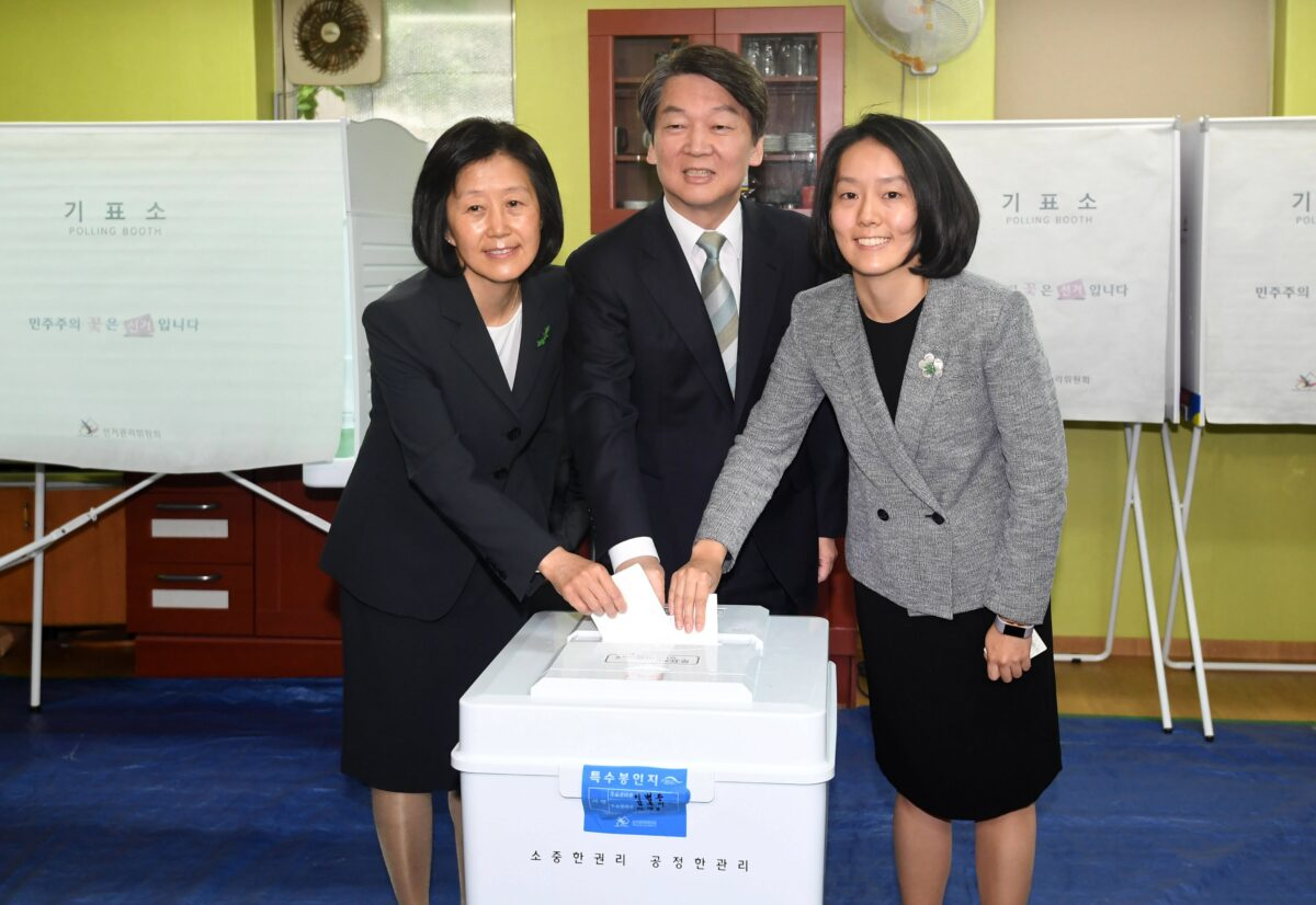 epa05951641 Ahn Cheol-soo (C), presidential candidate of the center-left People's Party, his wife Kim Mi-kyung (L) and their daughter Ahn Seol-hee cast their ballots at a polling station in northern Seoul, South Korea, 09 May 2017, as voting began across the country for the presidential election.  EPA/YONHAP SOUTH KOREA OUT
