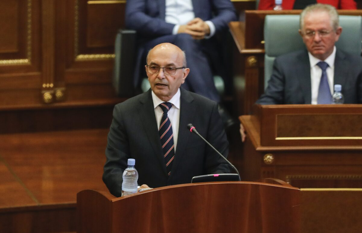 epa05954406 The Prime Minister of Kosovo, Isa Mustafa (C) addresses parliament during an extraordinary session at Kosovo's Parliament in Prishtina, Kosovo, 10 May 2017. The parliament is debating a no confidence motion brought by the opposition parties.  EPA/VALDRIN XHEMAJ