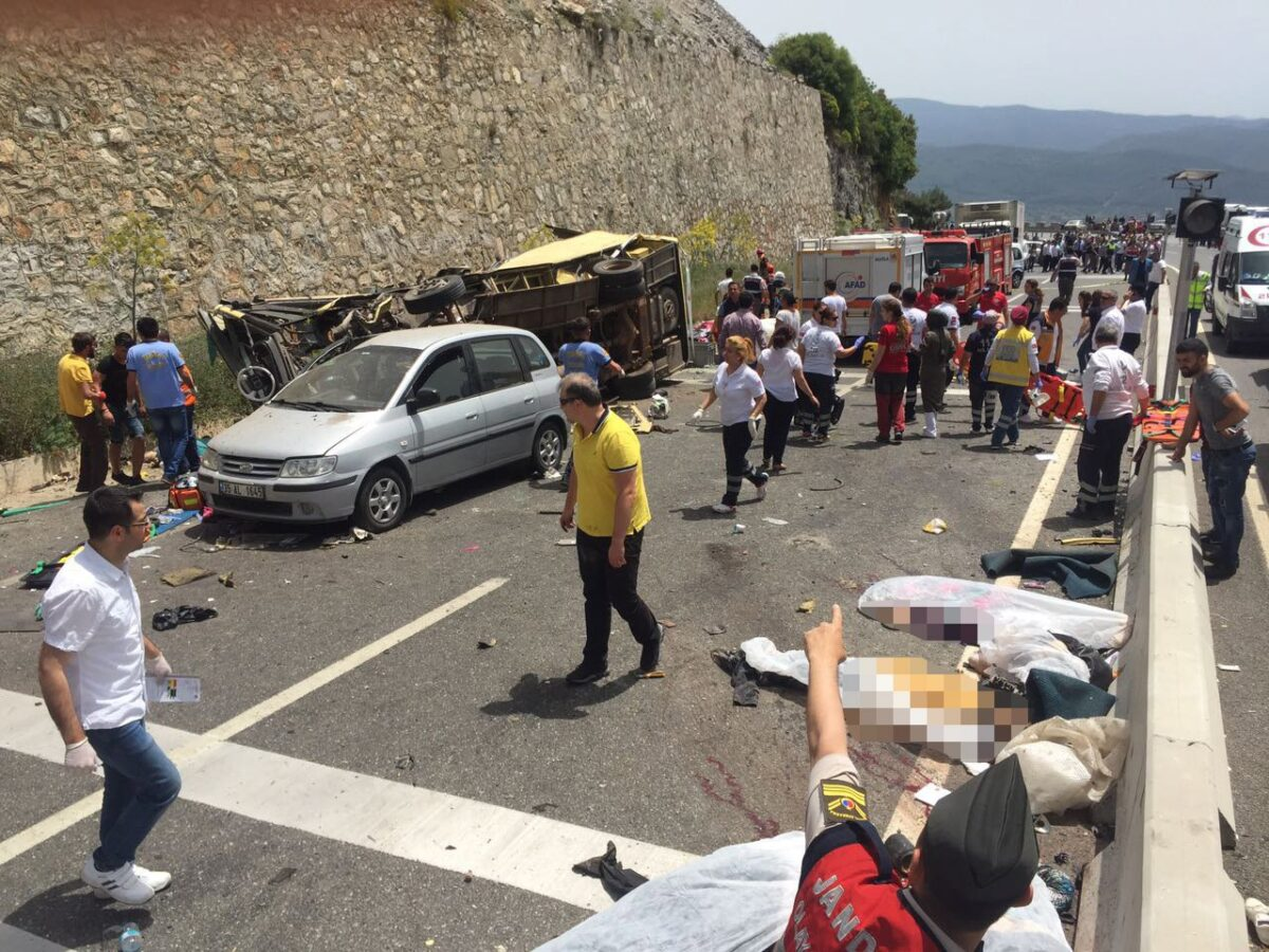 epa05960947 Dead bodies lie on the ground at the scene of a traffic accident near Mugla city, Turkey, 13 May 2017. A tour bus crashed killing at least 17 and injuring at least 11 others. TURKEY OUT ALBANIA OUT ALGERIA OUT AZERBAIJAN OUT BAHRAIN OUT BOSNIA AND HERZEGOVINA OUT BULGARIA OUT CANADA OUT CROATIA OUT EGYPT OUT FRANCE OUT IRAQ OUT JORDAN OUT KOSOVO OUT KUWAIT OUT LEBONAN OUT LIBYA OUT MONTENEGRO OUT MOROCCO OUT OMAN OUT QATAR OUT REPUBLIC OF MACEDONIA OUT SAUDI ARABIA OUT SERBIA OUT SWEDEN OUT SYRIA OUT TUNUSIA OUT UK OUT UNITED ARAB EMIRATES OUT USA OUT YEMEN OUT  EPA/DURMUS GENC