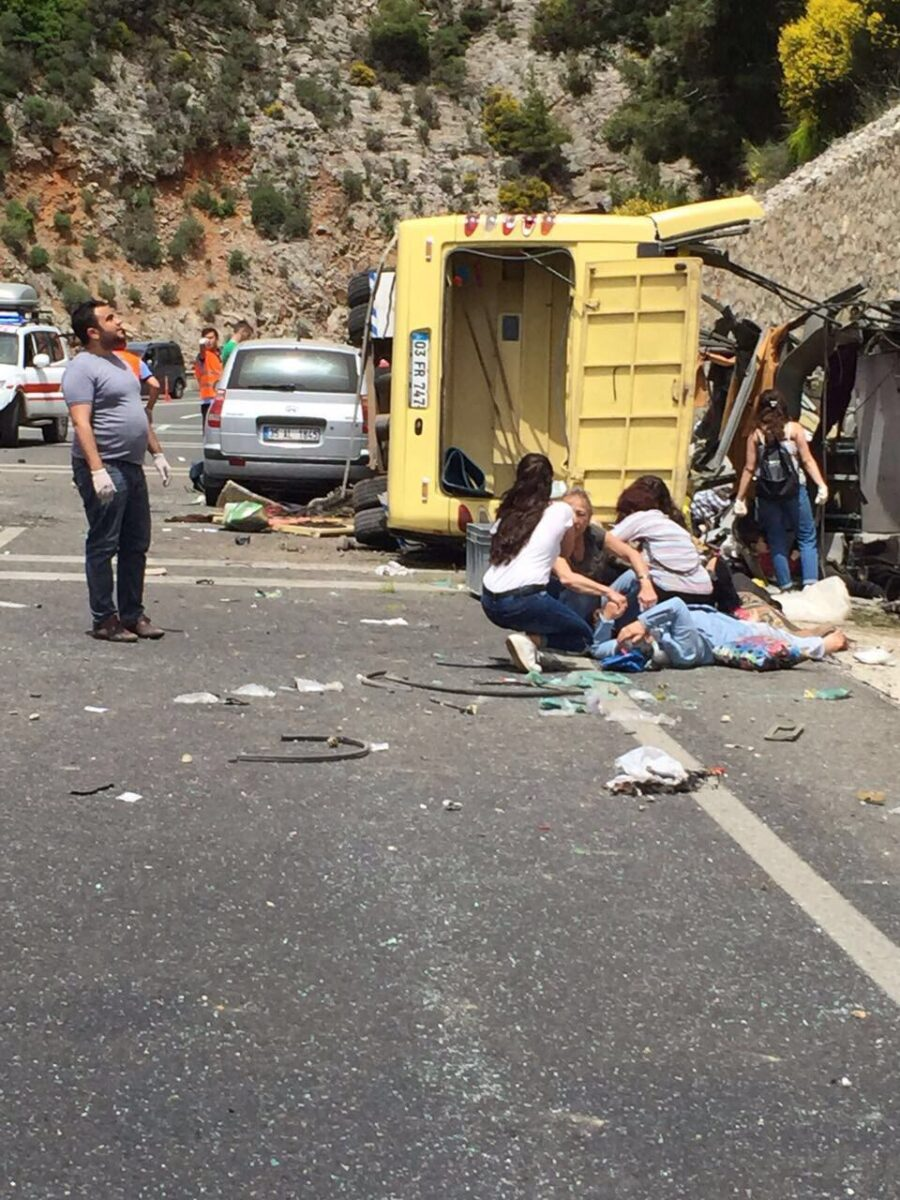 epa05960945 Dead bodies lie on the ground at the scene of a traffic accident near Mugla city, Turkey, 13 May 2017. A tour bus crashed killing at least 17 and injuring at least 11 others. TURKEY OUT ALBANIA OUT ALGERIA OUT AZERBAIJAN OUT BAHRAIN OUT BOSNIA AND HERZEGOVINA OUT BULGARIA OUT CANADA OUT CROATIA OUT EGYPT OUT FRANCE OUT IRAQ OUT JORDAN OUT KOSOVO OUT KUWAIT OUT LEBONAN OUT LIBYA OUT MONTENEGRO OUT MOROCCO OUT OMAN OUT QATAR OUT REPUBLIC OF MACEDONIA OUT SAUDI ARABIA OUT SERBIA OUT SWEDEN OUT SYRIA OUT TUNUSIA OUT UK OUT UNITED ARAB EMIRATES OUT USA OUT YEMEN OUT  EPA/DURMUS GENC