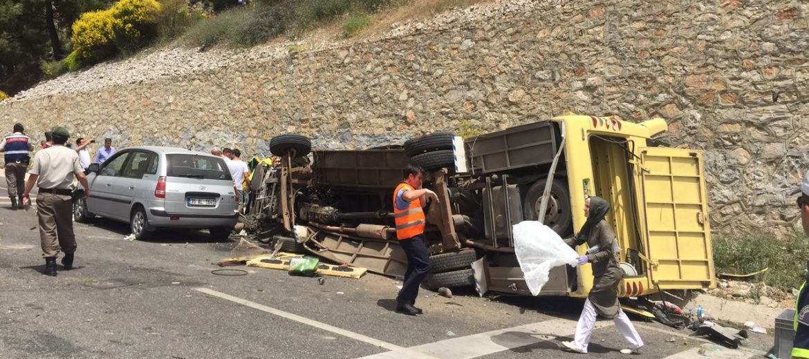 epa05960946 Dead bodies lie on the ground at the scene of a traffic accident near Mugla city, Turkey, 13 May 2017. A tour bus crashed killing at least 17 and injuring at least 11 others.  TURKEY OUT ALBANIA OUT ALGERIA OUT AZERBAIJAN OUT BAHRAIN OUT BOSNIA AND HERZEGOVINA OUT BULGARIA OUT CANADA OUT CROATIA OUT EGYPT OUT FRANCE OUT IRAQ OUT JORDAN OUT KOSOVO OUT KUWAIT OUT LEBONAN OUT LIBYA OUT MONTENEGRO OUT MOROCCO OUT OMAN OUT QATAR OUT REPUBLIC OF MACEDONIA OUT SAUDI ARABIA OUT SERBIA OUT SWEDEN OUT SYRIA OUT TUNUSIA OUT UK OUT UNITED ARAB EMIRATES OUT USA OUT YEMEN OUT  EPA/DURMUS GENC