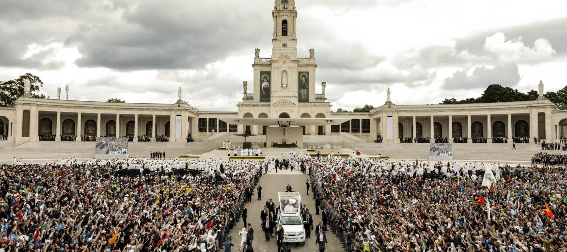 epa05961123 Pope Francis (C) leaves after celebratings a Holy Mass with the canonization of the little shepherds Jacinta and Francisco Marto at Holy Rosary Basilica in the Shrine of Our Lady of Fatima, Portugal, 13 May 2017. Pope Francis is visiting Fatima on 12 and 13 May on the 100th anniversary of the apparent appearances of the Virgin Mary to three shepherd children in 1917.  EPA/PAULO NOVAIS / POOL