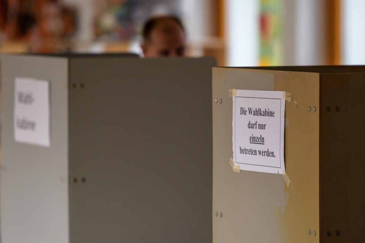 epa05962946 Polling booths for the elections in the German federal state of North Rhine-Westphalia at a polling station in Aachen, Germany, 14 May 2017. More than 13 million people are eligible to vote in the elections for a new state parliament in North Rhine-Westphalia. EPA/JOERG SCHUELER