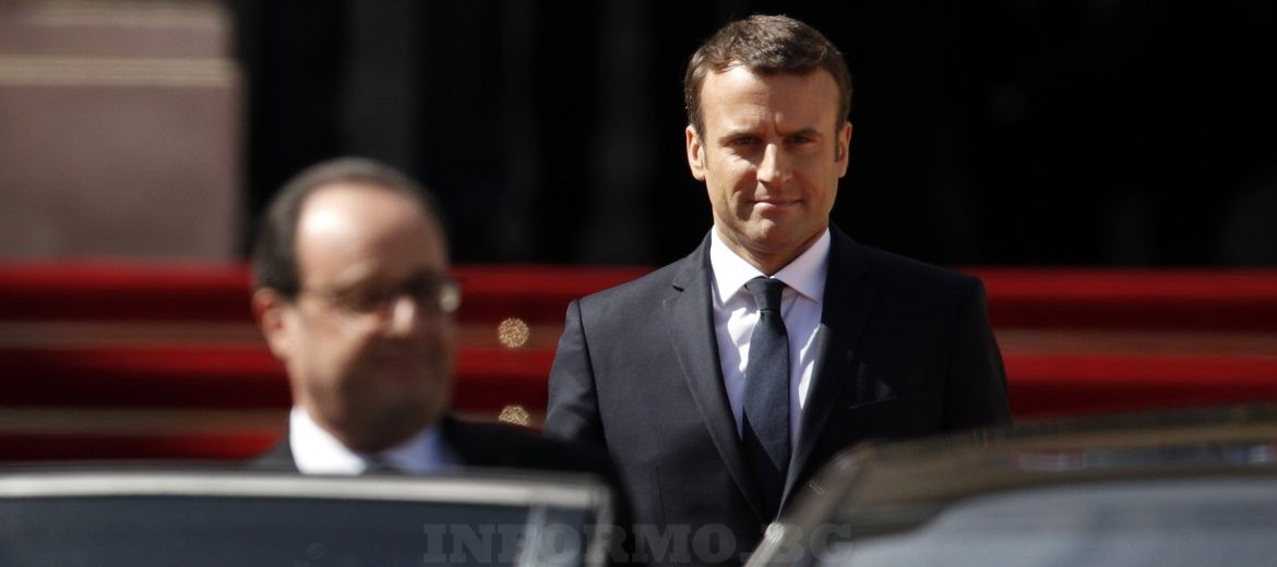 epa05963229 French outgoing President Francois Hollande gets into the car watched by his successor Emmanuel Macron as he leaves the Elysee presidential Palace at the end of the handover ceremony and prior to Macron's formal inauguration as French President on May 14, 2017 in Paris.  EPA/YOAN VALAT / POOL MAXPPP OUT