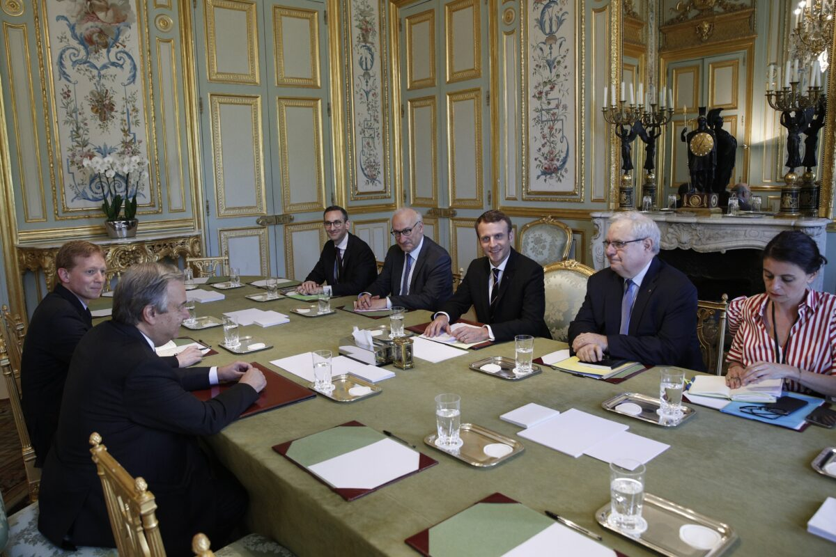 epa05968193 French President Emmanuel Macron (C) meets with UN Secretary General Antonio Guterres (L) at the Elysee Palace in Paris, France, 16 May 2017. EPA/YOAN VALAT / POOL MAXPPP OUT