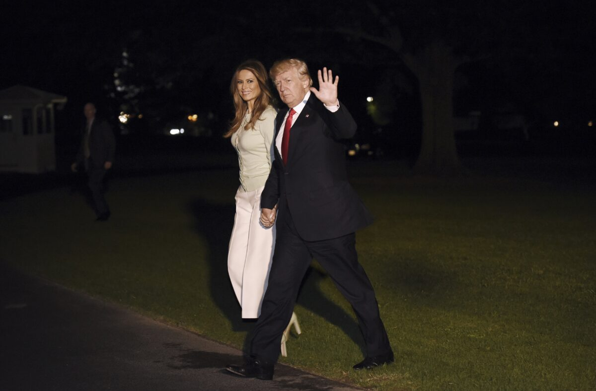 epa05994624 US President Donald J. Trump (R) and First Lady Melania Trump (L) return to the White House in Washington, DC, USA, 27 May 2017. President Trump returned to the White House from his first trip abroad since taking office. EPA/OLIVIER DOULIERY / POOL