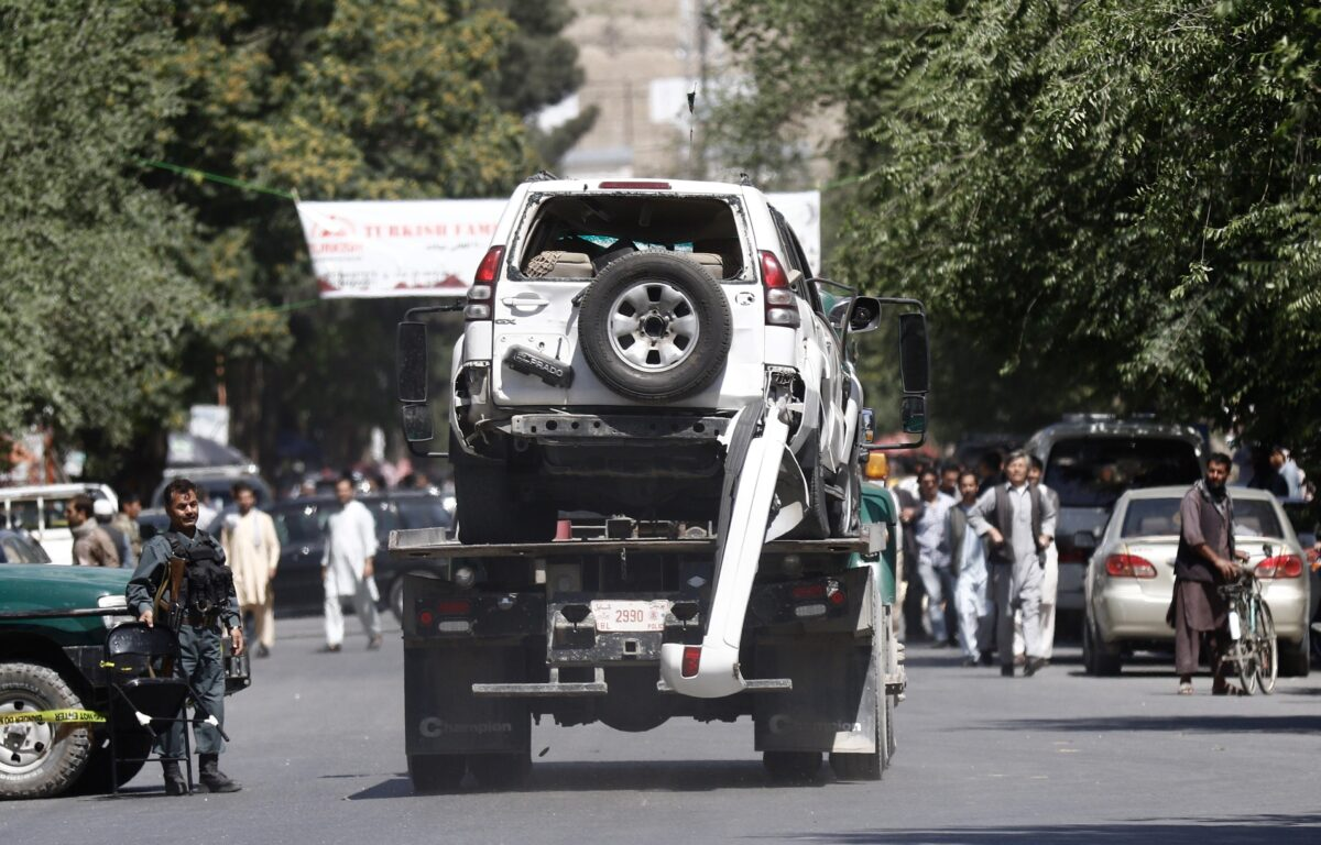 epa06000532 A damaged vehicle is removed from the scene of a suicide bomb attack in Kabul, Afghanistan, 31 May 2017. At least 50 people were killed or wounded in a suicide bomb attack near Kabul's diplomatic and government distric on 31 May, media reported. The number of casualties is expected to rise, media added. EPA/HEDAYATULLAH AMID