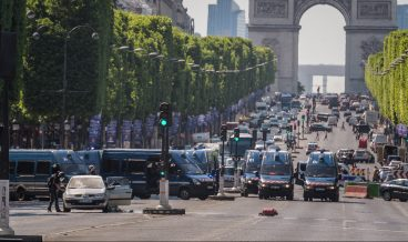 epa06037441 A police operation is under way on the Champs Elysees avenue after a car collided a with a police vehicle in Paris, France, 19 June 2017. According to latest reports, the driver allegedly drove to the police vehicle intentionally.  EPA/CHRISTOPHE PETIT TESSON