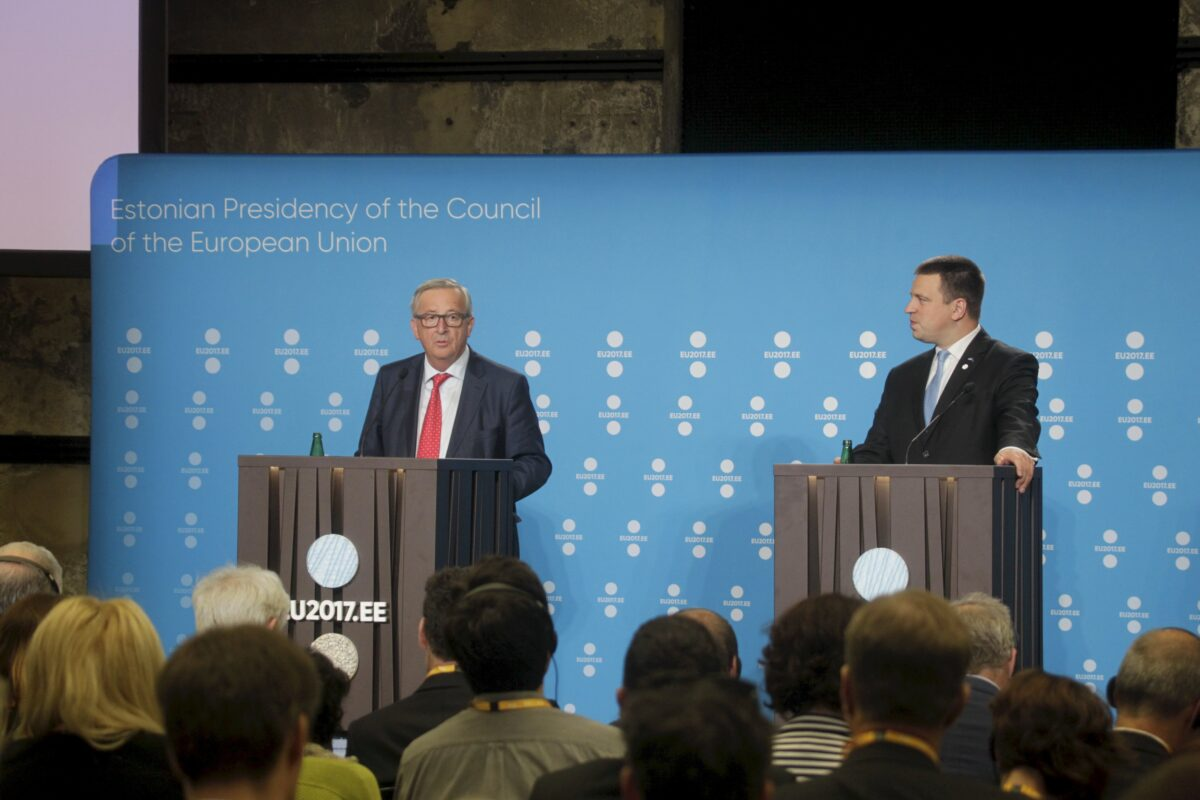 epa06057376 President of the European Commission Jean-Claude Juncker (L) and Estonian Prime Minister Juri Ratas (R) attend press conference of the Estonian Presidency of the Council of the European Union in Tallinn, Estonia, 30 June 2017. Estonia will hold its first term as the EU Presidency from July to December 2017.  EPA/VALDA KALNINA