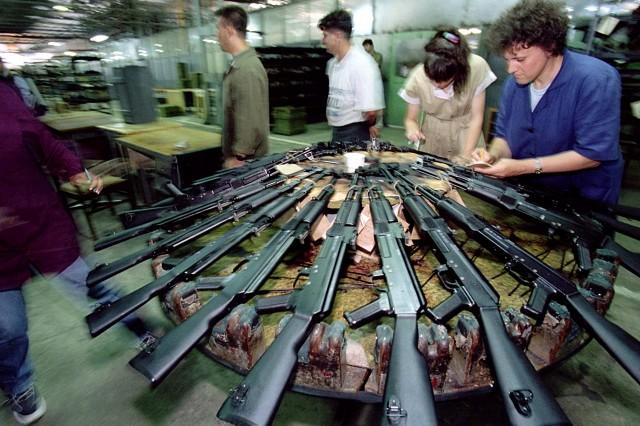 """Производство на оръжия в завод """"Арсенал"""" в Казанлък. Снимка: Ройтерс"""