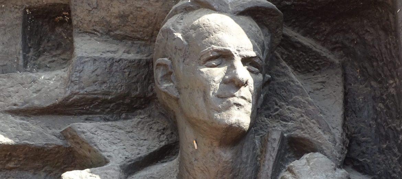 Никола Вапцаров, паметник