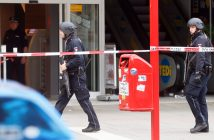 epa06114872 Police officers stands in front of a supermarket in Hamburg, Germany, 27 July 2017. According to police reports a man attacked several people in a supermarket in Hamburg. One victim is reported dead and several were injured. The suspect was arrested by police.  EPA/MARIUS ROEER