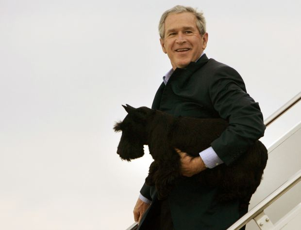 U.S. President George W. Bush carries his pet dog Barney off Air Force One upon arrival at Andrews Air Force Base near Washington, in this April 3, 2006 file photo. In a statement released on Friday, former President Bush announced that Barney died at the age of 12 after suffering from lymphoma. REUTERS/Jason Reed/Files (UNITED STATES - Tags: POLITICS ANIMALS)