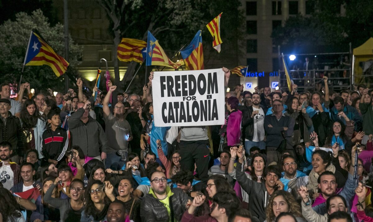 epa06239287 People celebrate in Catalunya's square after the Catalonia independence referendum '1-O Referendum' in Barcelona, Spain, 01 October 2017. Spanish National Police officers and Civil guards have been deployed to prevent the people from entering to the polling centers to vote in the Catalan independence referendum, that has been banned by the Spanish Constitutional Court, but many people have managed to do it. The police action has provoked clashes between pro-independence people and the police forces in some polling stations. EPA/SANTI DONAIRE