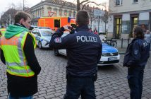 Police officers evacuate the streets around a Christmas market in Potsdam, eastern Germany, on December 1, 2017. German police say explosive found at Potsdam Christmas market. / AFP PHOTO / dpa / Julian Stähle / Germany OUT