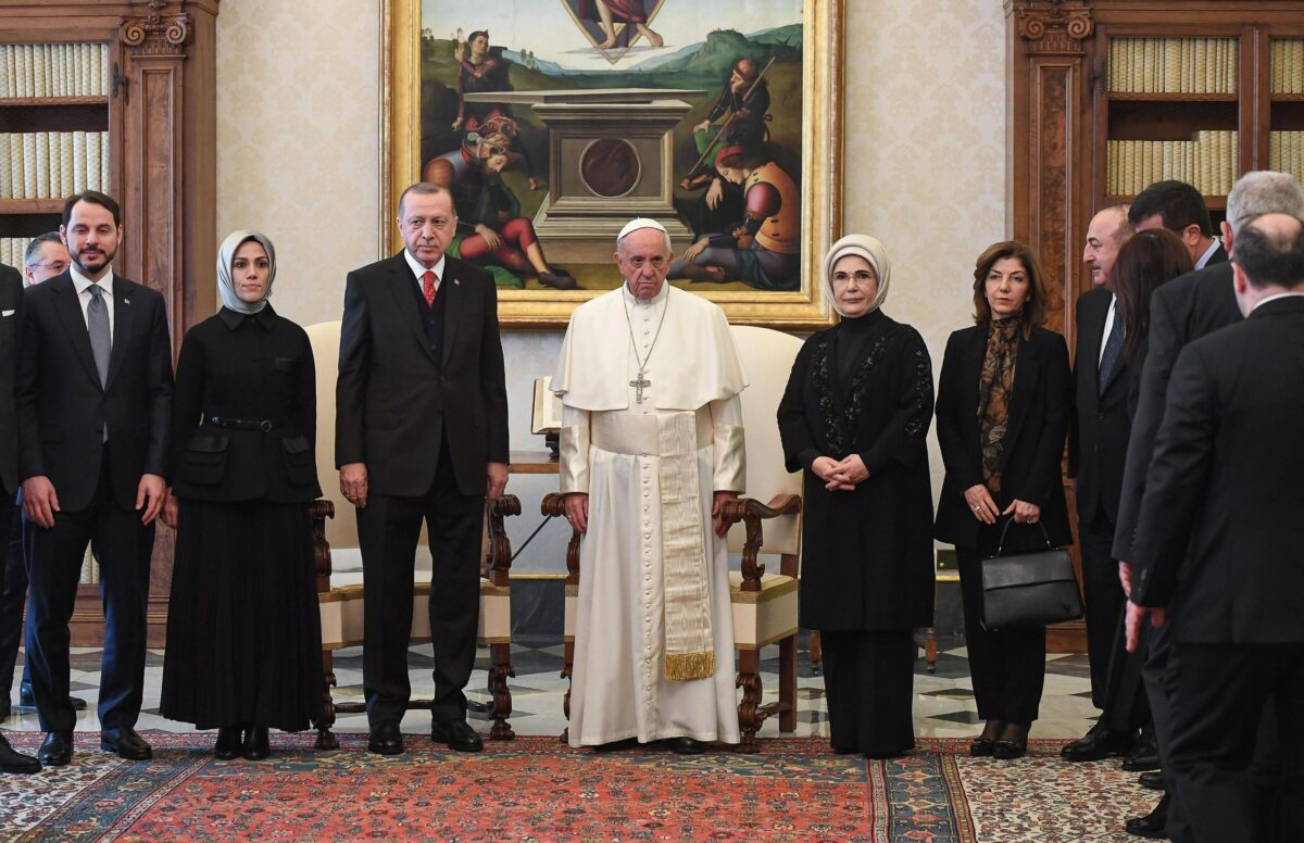 epa06497892 Pope Francis (C) poses with Turkish President Recep Tayyip Erdogan (C-L)  and his wife Emine Erdogan (C-R) and members of their delegation during a private audience at the Vatican, 05 February 2018. Talks with Pope Francis are expected to be focused on the USA's move of its Israeli embassy to Jerusalem. Erdogan is on a visit to Italy and the Vatican.  EPA/ALESSANDRO DI MEO / POOL